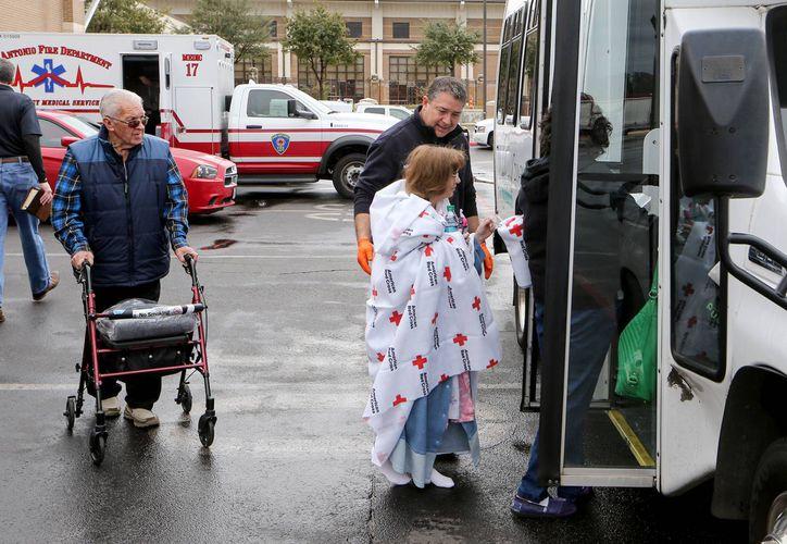 Unos 150 residentes del edificio de 11 niveles fueron llevados a una secundaria local en autobuses de la ciudad. Otros fueron enviados a un hotel. (Agencias)