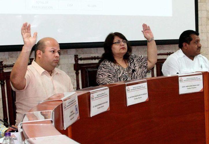 La presidenta del Iepac, María Elena Achach (centro), no pasó la prueba para reelegirse. (Milenio Novedades)