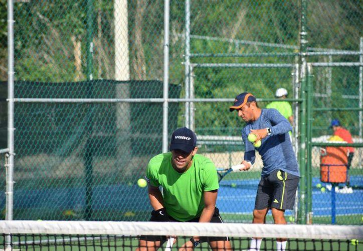 Eduardo Vicenzo da instrucciones a Miguel Reyes Varela, durante las acciones de la pretemporada de tenis. (Foto: Raúl Caballero/SIPSE)