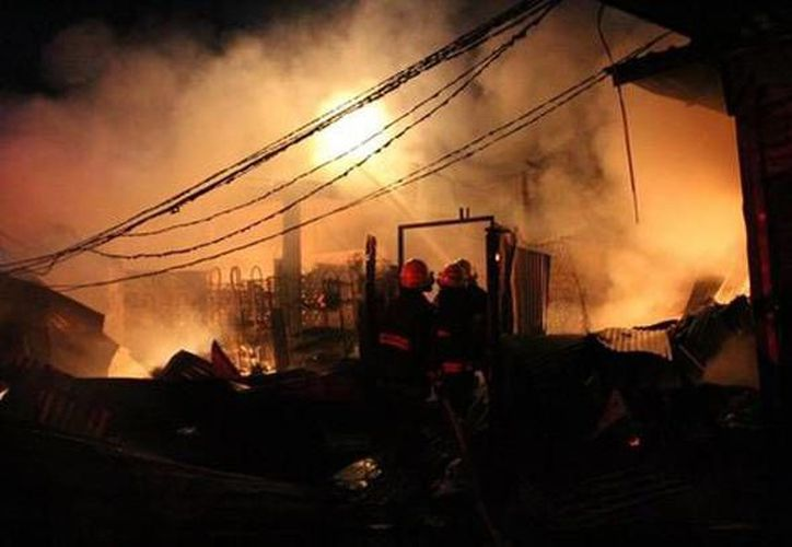 Efectivos de la Marina tuvieron que ayudar a los bomberos para sofocar el incendio en el mercado Centra de Abastos de Acapulco. Dos personas murieron. (Milenio Digital)