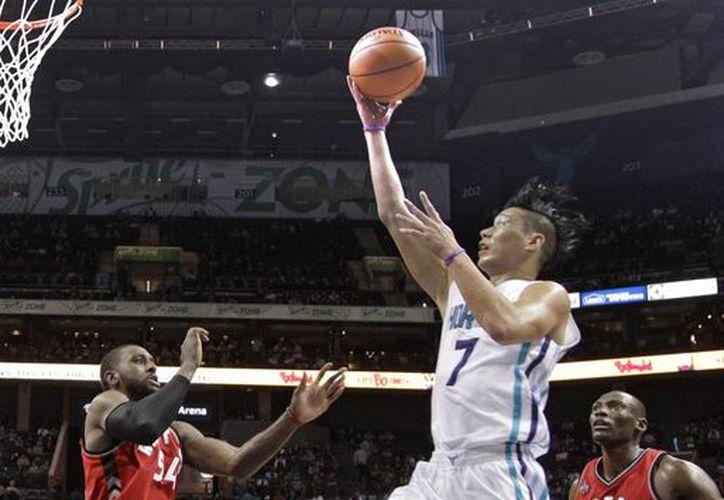 Con una gran actuación de Jeremy Lin (7) colaborando con 35 puntos, los Avispones de Charlotte vencieron a Toronto este jueves en  el Time Warner Cable Arena. (AP)