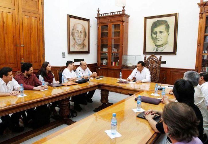 El gobernador de Yucatán, Rolando Zapata, se reunió ayer con expertos de Texas que apoyaran al estado en diversos proyectos de energía, agua, erosión costera y corrosión. (Cortesía)