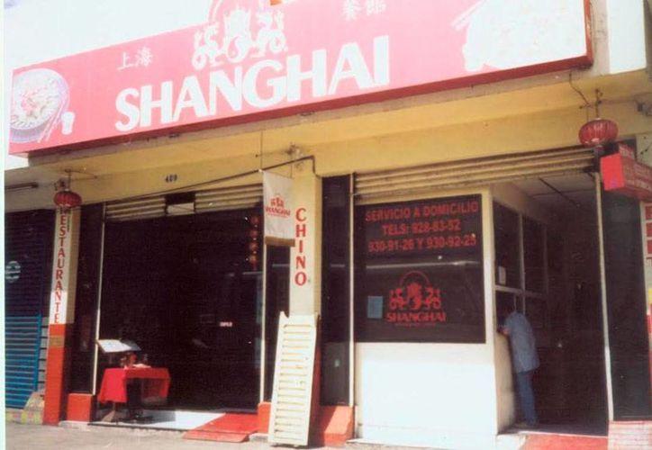 Fachada del restaurante de comida china Shangai, en la calle 59, en el Centro, donde policías municipales fueron testigos de la presencia de un fantasma. (Jorge Moreno/SIPSE)