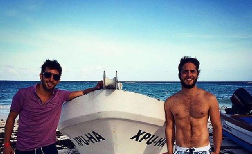 El actor mexicano Diego Boneta posa junto a una lancha de Xpu-Ha, lugar que visitó durante su estancia en la Riviera Maya. (Instagram)