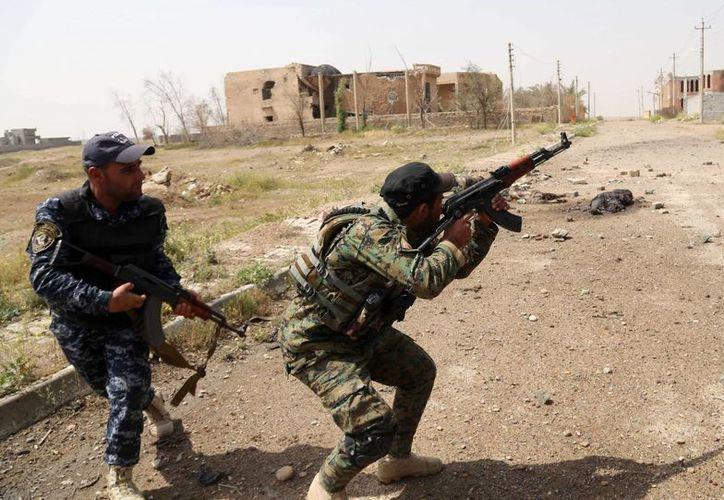 Fuerzas de seguridad iraquíes durante un enfrentamiento con extremistas del Estado Islámico en las calles de Tikrit, Irak. (Agencias)