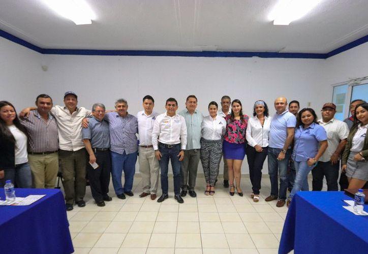 Se reúne candidato a diputado federal con empresarios. (Foto: SIPSE)