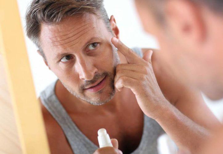 Cada vez son más los hombres que se preocupan por su aspecto físico, lo que deja grandes ganancias a las empresas enfocadas a los productos para el sector masculino. (pratique.fr)