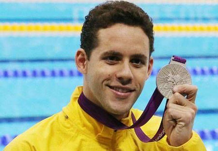 Thiago Pereira alcanzó el sábado al gimnasta cubano Erick López como mayor medallista en la historia de los Juegos Panamericanos. En la foto Pereira con su medalla de plata en los 400m. libres de Londres 2012. (esportes.r7.com)