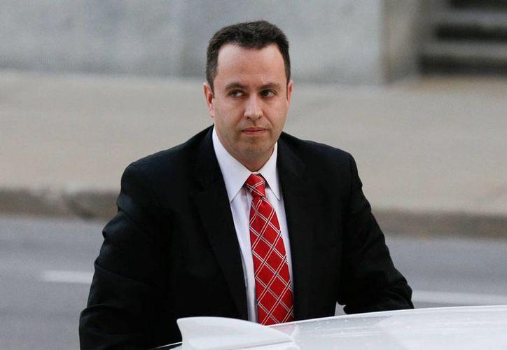 """Jared Fogle arriba a la Corte de Indianápolis donde, antes de escuchar sentencia, se disculpó con sus víctimas y dijo al tribunal que fue criado con buenos valores, pero que sucumbió al """"engaño y las mentiras"""" egocéntricas. (AP)"""