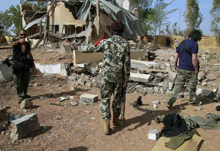 Soldados malienses invitan a los periodistas a abandonar la zona de un ataque aéreo francés. (AP)