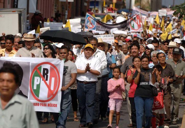 Simpatizantes de MORENA y #Yosoy 132, marcharon en la ciudad de Chilpancingo en contra de la toma de protesta Enrique Peña. (Archivo Notimex)