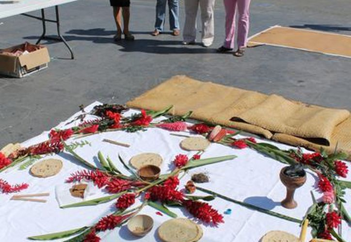 Mujeres instalaron un altar público frente al Congreso de Tabasco, en memoria de las víctimas de femenicidio en la entidad. (Archivo/Notimex)