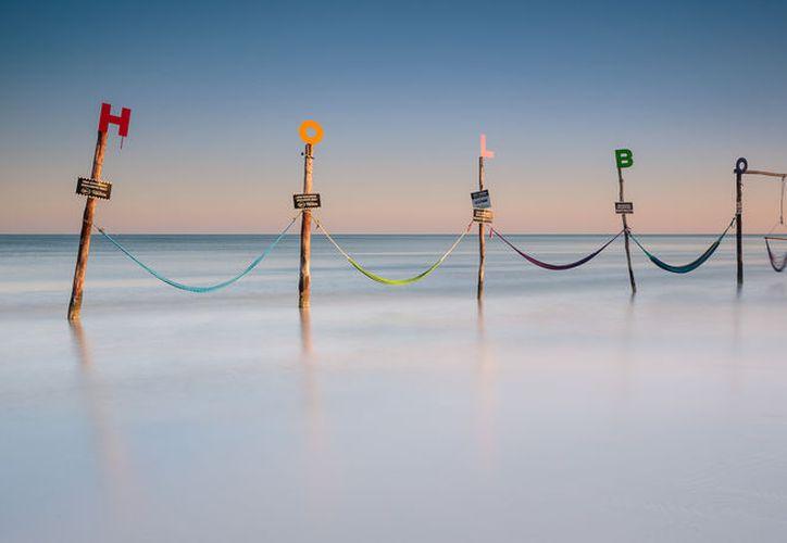 En la oscuridad de la noche, una radiante luz azul baña las playas de Holbox. (México Destinos)