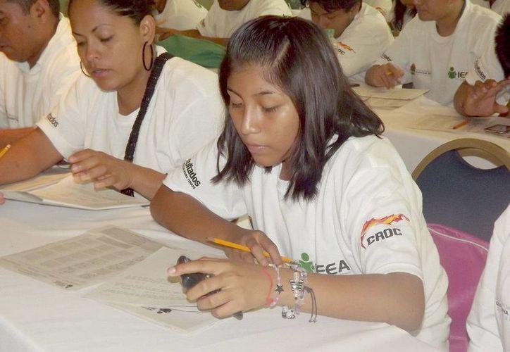 Una vez certificada su educación básica, los beneficiarios tienen la posibilidad de continuar sus estudios de bachillerato en línea u otros sistemas no escolarizados. (Redacción/SIPSE)