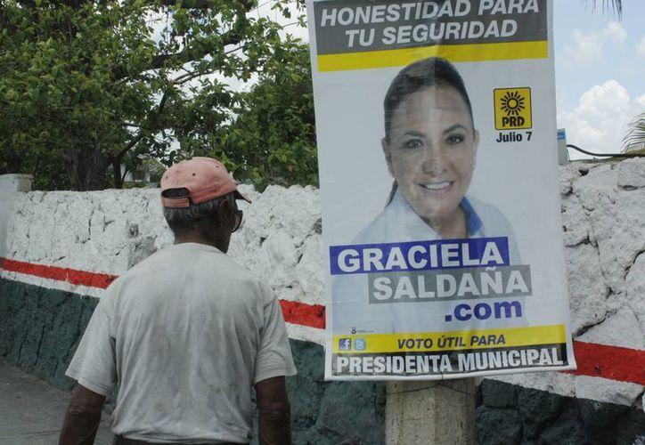 """Candidata a la presidencia de Benito Juárez """"tapizó"""" las avenidas Kabah y López Portillo con propaganda. (Tomás Álvarez/SIPSE)"""