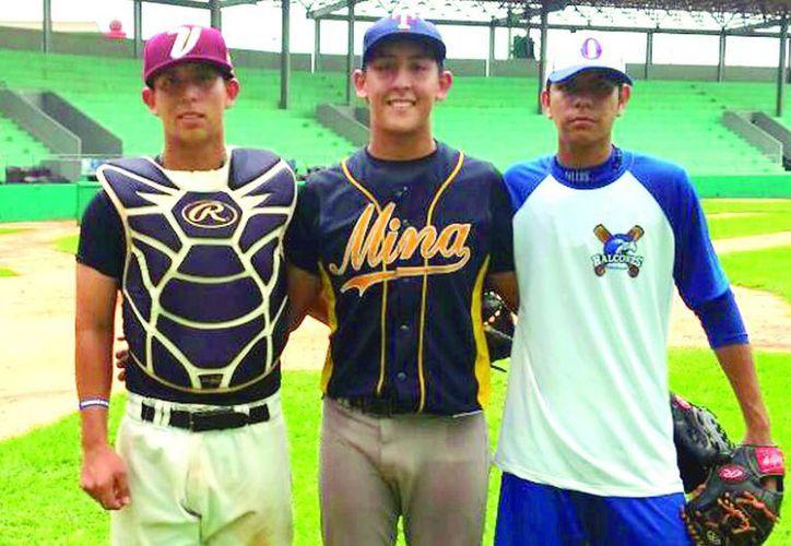 Leones de Yucatán confirmó la firma de tres jóvenes prospectos quienes sobresalieron en el try out realizado en días anteriores en la ciudad de Mérida, en la foto: Los tres jóvenes seleccionados para formar parte de la novena de Leones. (Milenio Novedades)
