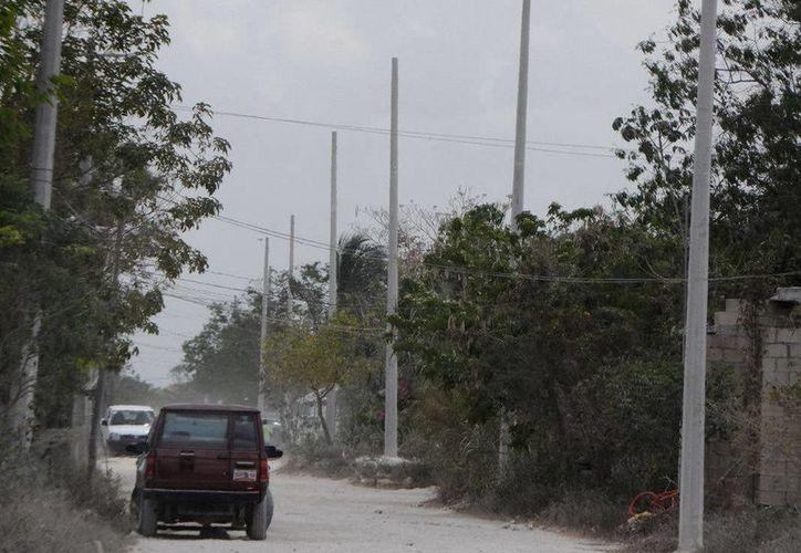 En la colonia Tres Reyes ya comenzó el trabajo de colocación de postes de concreto. (Cortesía)
