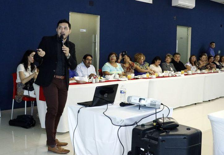 """Conferencia ante la asociación civil """"Sinergia con Sentido"""". (Milenio Novedades)"""