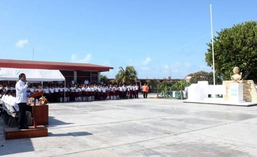 Las autoridades se trasladaron a la Secundaria Técnica Número 1 para continuar con la ceremonia cívica. (Cortesía/SIPSE)