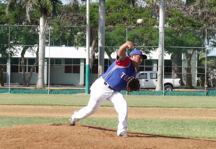 Raúl Irigoyen fue el pitcher ganador en la final de la Liga de Veteranos de Yucatán. (Milenio Novedades)