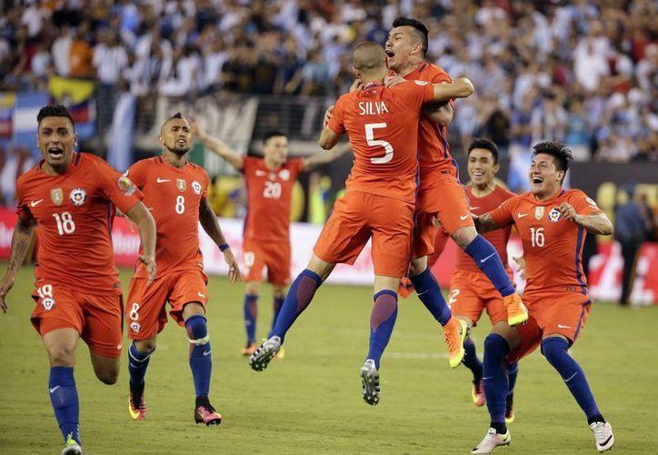 Argentina y Chile disputaron una ríspida final de la Copa América Centenario, la cual se llevó La Roja en la tanda de penales. (AP)