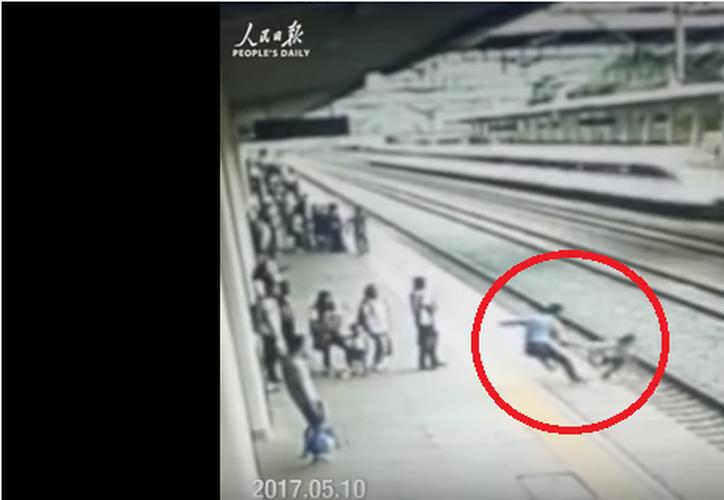 El 'héroe' recibió una compensación monetaria por su acto. (Captura de Youtube).