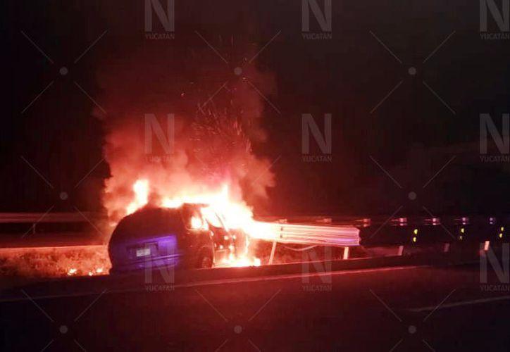 Segundos después del choque, el vehículo comenzó a incendiarse. (Novedades Yucatán)