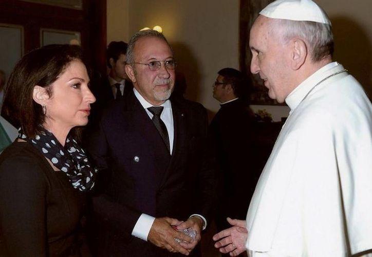 Gloria es la primera cantante internacional en reunirse con el Papa, de quien se ha declarado admiradora.(gloriaestefan.com)