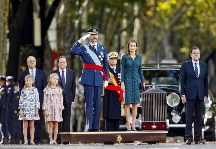 Fue notable la ausencia de los padres del rey Felipe VI, aquí acompañado de la reina Letizia y sus hijas Leonor y Sofía. (AP)