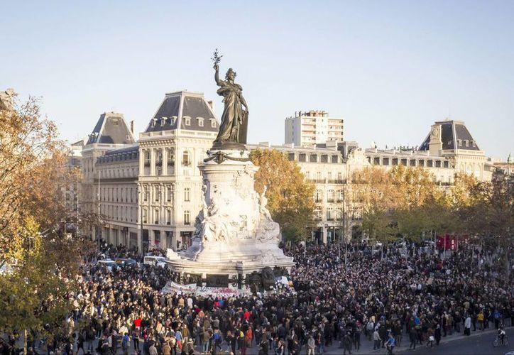 Cientos de personas se reunen en la Plaza de la República en homenaje a las víctimas de los atentados terroristas en París, Francia. (EFE)