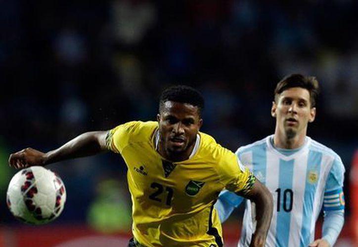 El astro argentino Lionel Messi (der.) no mostró su potencia ante Jamaica, equipo al que la selección Argentina terminó por derrotar 1-0, en partido de la Copa América 2015. En la foto, Messi disputa un balón con Jermaine Taylor. (AP)