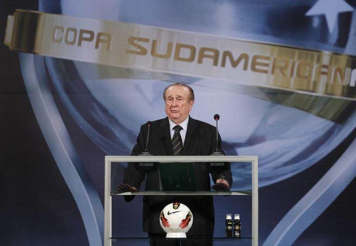 Se podría terminar la inmunidad diplomática para Conmebol. En la foto, Nicolás Leosz, uno de los dirigentes de Conmebol salpicados por el escándalo de corrupción en la FIFA, durante la apertura de la Copa Sudamericana en 2012. (Foto: AP)