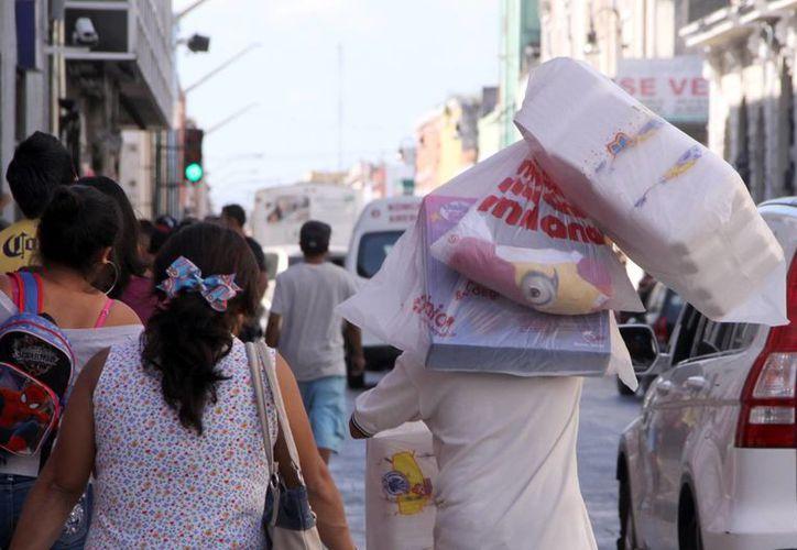 El Buen Fin se llevará a cabo del 18 al 21 del presente mes. Imagen de varias personas caminando en la zona comercial del centro de Mérida. (Milenio Novedades)