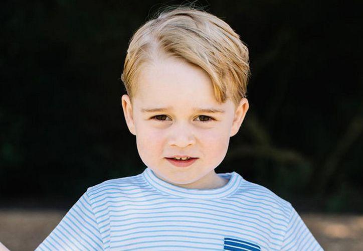 La duquesa de Cambridge tuvo que pedirles a los niños que guardaran silencio durante la ceremonia religiosa. (¡HOLA! USA)