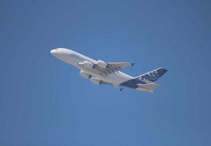 Las amenazas acarrean una costosa respuesta de las fuerzas del orden y de los aeropuertos, señala el FBI. Imagen de contexto de un avión Airbus A380. (Archivo/Notimex)