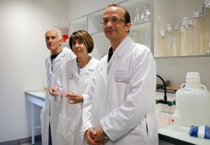 Los investigadores franceses, izquierda a derecha, Philippe Durand, Marie-Helene Perrard y Laurent David posan en la Universidad de Lyon. (Agencias)