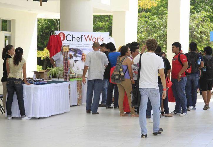 Los proveedores ofrecieron información y productos a los alumnos. (Sergio Orozco/SIPSE)