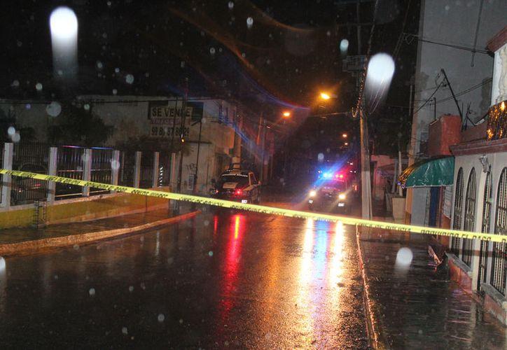 Policías arribaron al bar ubicado en la Supermanzana 64 para recabar datos sobre el asesinato. (Foto: Redacción/SIPSE)