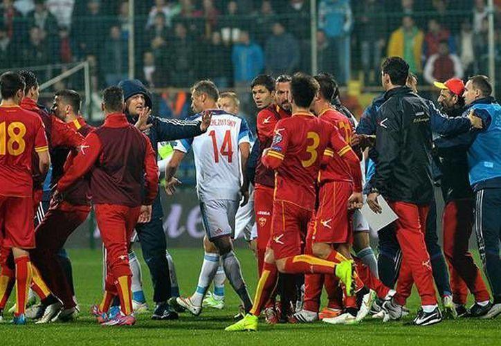 Tras la suspensión del partido eliminatorio entre Rusia y Montenegro por violencia, la UEFA determinó darle los 3 puntos a Rusia. (superlider.mx)
