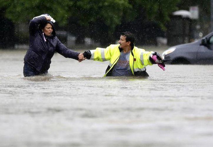 La autoridad meteorológica indicó que el nivel del agua en la ciudad de Houston alcanzó al menos 40 centímetros. (AP)