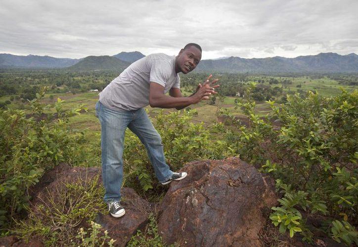 Williamcite Noel, responsbale de la empresa minera VCS Mining Inc., muestra una de las zonas que será explotada para buscar minerales y metales en Haití. (Agencias)