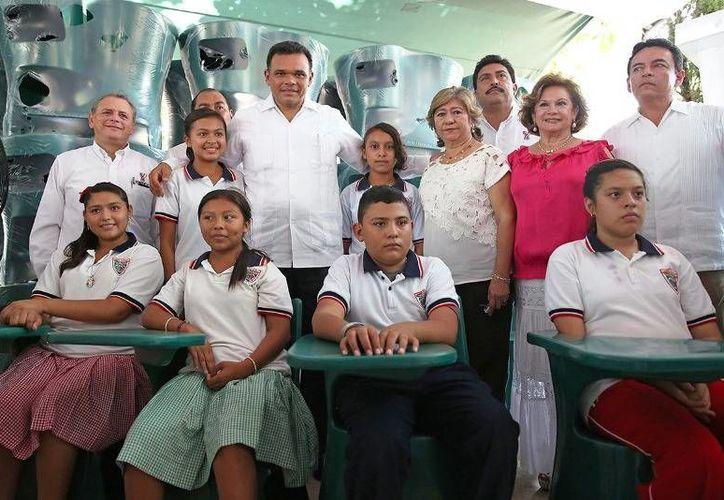 El Gobernador entregó mobiliario y trabajos de rehabilitación de la secundaria 'Miguel Barrero Palmero' en Tizimín. (Cortesía)