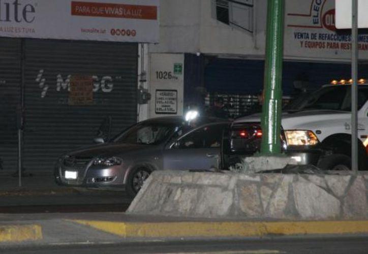 La pareja acababa de salir de la taquería y abordó su vehículo cuando fueron alcanzados por el gatillero. (Vanguardia)