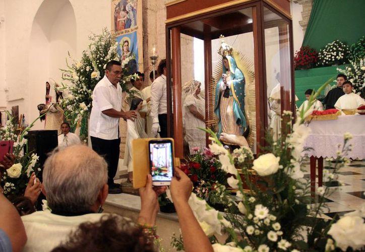 La imagen de la Virgen de Guadalupe fue colocada en el presbiterio para presidir las festividades en su honor en la parroquia de San Cristobal. (Jorge Acosta/SIPSE)