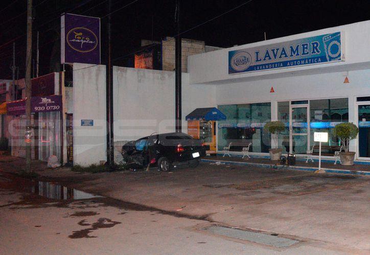 El conductor de un vehículo se estrelló contra la pared de un negocio, en Francisco de Montejo. Falleció en el lugar. (Carlos Navarrete/SIPSE)
