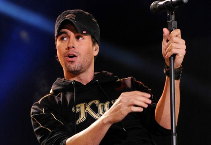 Recientemente Iglesias también dio de qué hablar por aparecer manoseando a una cantante en el escenario. (Internet)