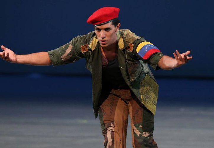 Juan Lobo, de 29 años, actuando como el fallecido presidente Hugo Chávez, en la obra 'De arañero a Libertador', en el Teatro Teresa Carreño, en Caracas, Venezuela. (Agencias)
