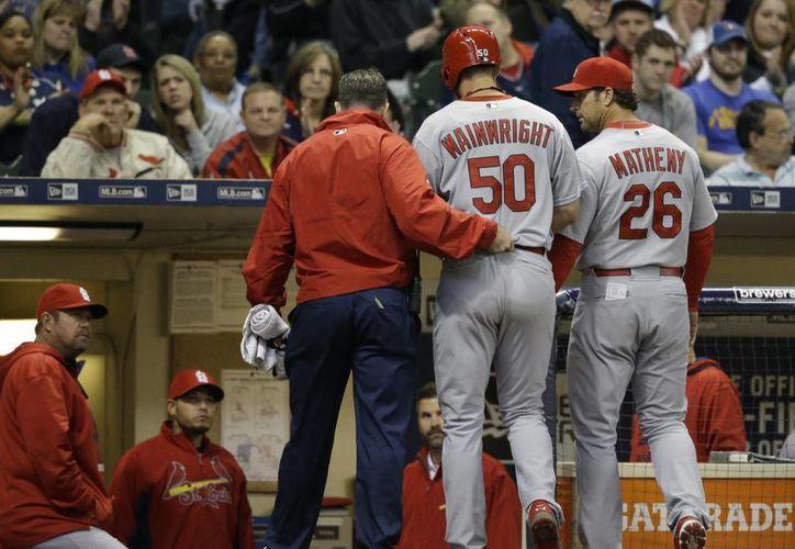 El lanzador estelar de Cardenales de San Luis, Adam Wainwright, se podría perder muchos partidos por lesión.  (Foto: AP)