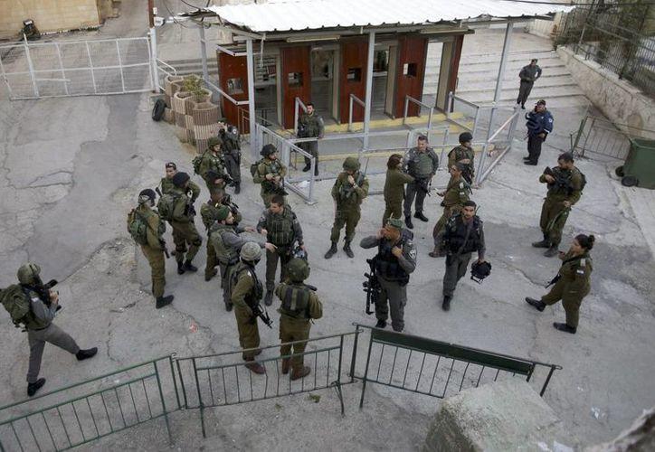Un palestino murió hoy al ser abatido por disparos de fuerzas de seguridad israelíes en la ciudad cisjordana de Hebrón tras atacar con arma blanca a un oficial de la Policía de Fronteras israelí. (EFE)