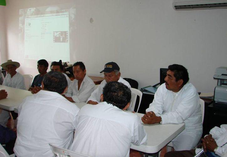 Durante la reunión de ayer, los ancianos y dignatarios manifestaron abiertamente su oposición para avalar el eventual cambio de nombre. (Manuel Salazar/SIPSE)